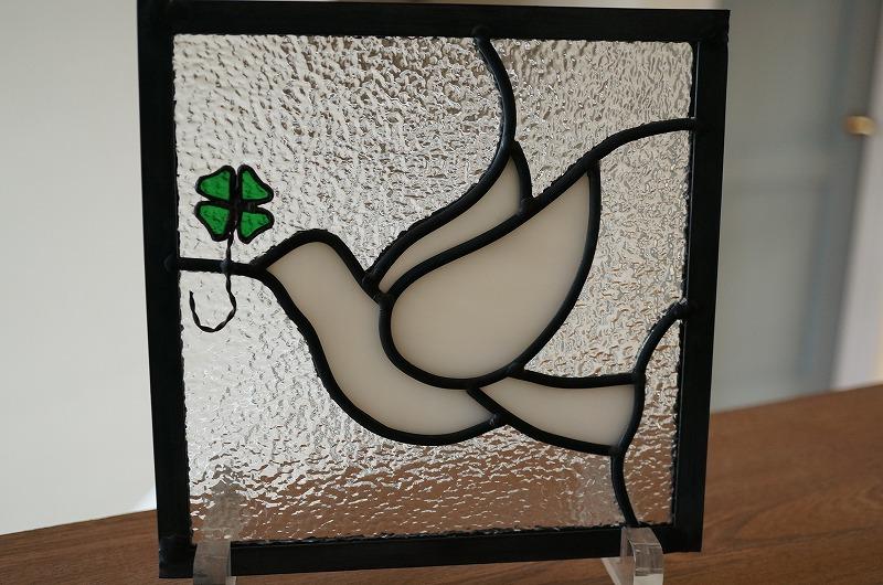 ステンドグラス パネル 住宅用 白いとりとクローバー 18cm×18cm 【ステンド 室内窓 壁埋め込み スクエア 小窓 アンティークモチーフ 明かり採り】