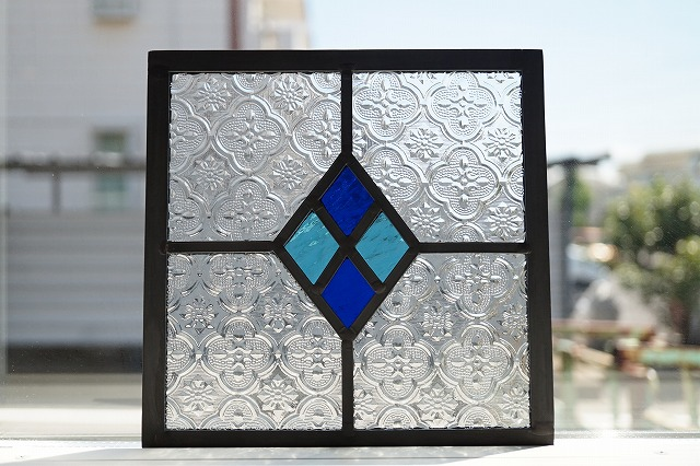 ステンドグラス パネル 住宅用 4つのダイヤ ブルー×水色 18cm×18cm【ステンド 室内窓 壁埋め込み 青 フローラガラス 小窓 明かり採り】