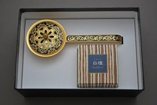 唐草彫豆柄香炉 黒(日本香堂 白檀)(コーンタイプ12個入)