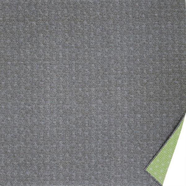 ちらり裏地がのぞく粋な両面風呂敷です。 綿の風呂敷 両面染のふろしき 鮫小紋・麻型(色:黒|グリーン)105cm 風呂敷専門店・唐草屋