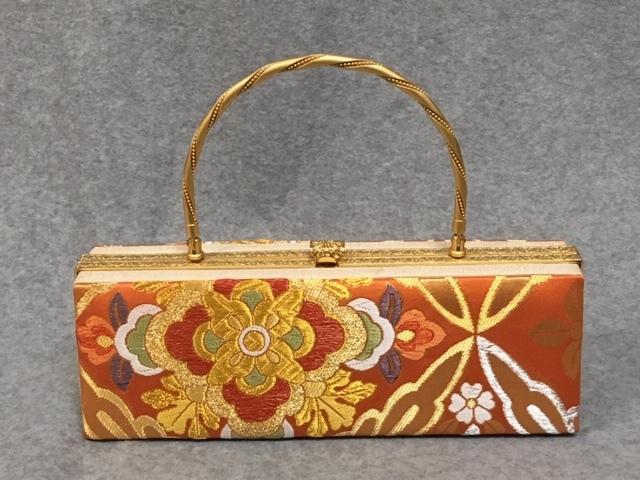 234-送料無料!振袖用バック 古典柄が上品な一点物です。オレンジ地に古典柄で織られた帯地を使用している艶やかで豪華な逸品です。成人式 卒業式 結婚式などのフォーマルシーンにおすすめ。日本製 正絹です。