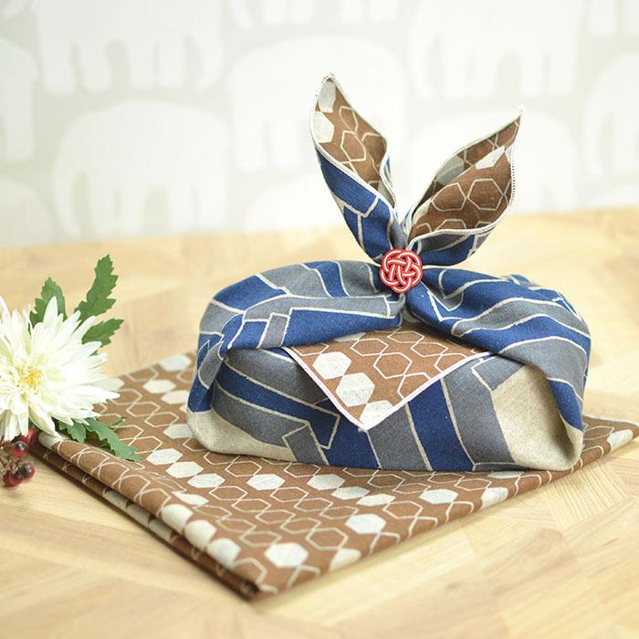 古より伝えられてきた文様に現代の風を吹き込んだ、新しい伝統柄ふろしきです。北欧の麻布をモチーフに、柔らかい風合いを表現しています。中巾サイズ。メール便対応 お弁当箱 用 風呂敷 リバーシブル ふろしき アタラシキイニシエ 亀甲 kikkou ネイビー 50cm 日本製 国産 北欧 ランチクロス おしゃれ かわいい 大人 お弁当包み べんとう包 綿 麻 こども 子供 モダン 和柄 伝統 ハンカチ スカーフ 和 和風 正月 迎春 おせち 2022 福袋 初売り