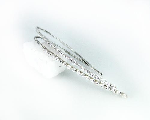 スマートなフォルムとラグジュアリーなダイヤモンドの煌きで魅せる、エレガントでスタイリッシュな存在感。美シルエットですっきりと知的な華やぎを与えます K10/WG 0.5ct ダイヤモンドピアス