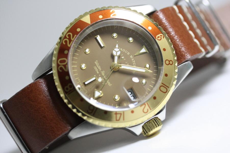 ヴィンテージ・デザインのVAGUE WATCH Co.【ヴァーグ・ウォッチ・カンパニー】ブラウンGMTクォーツ腕時計/100m防水/送料無料/クリスマス/腕時計