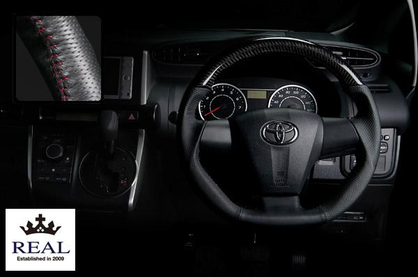 【 ウィッシュ ZGE20G, ZGE20W, ZGE25G, ZGE25W (3本スポーク車)用 】 レアル ステアリング オリジナルシリーズ (プラチナブラックカーボン/レッドステッチ) 品番: E20-BKC-RD (REAL Steering 純正交換タイプ)