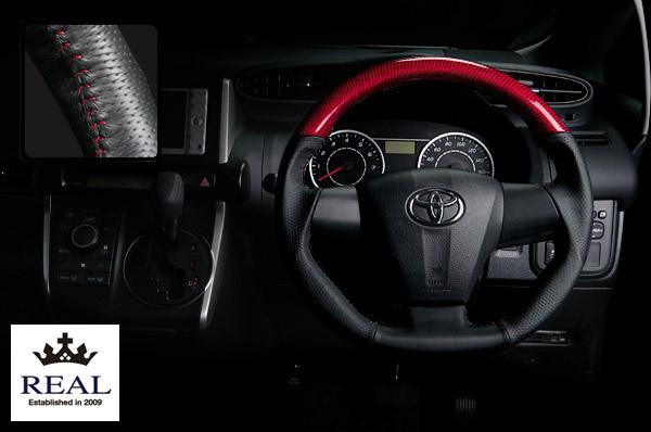 【 ノア, ヴォクシー ZRR70G, ZRR70W, ZRR75G, ZRR75W (3本スポーク車)用 】 レアル ステアリング オリジナルシリーズ (プラチナレッドカーボン/レッドステッチ) 品番: E20-RDC-RD (REAL Steering 純正交換タイプ)