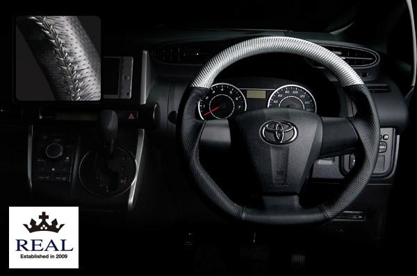 【 ノア, ヴォクシー ZRR70G, ZRR70W, ZRR75G, ZRR75W (3本スポーク車)用 】 レアル ステアリング オリジナルシリーズ (プラチナシルバーカーボン/シルバーステッチ) 品番: E20-SLC-SL (REAL Steering 純正交換タイプ)
