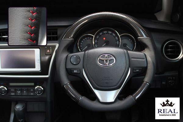 【 アイシス ZGM10G, ZGM10W, ZGM15G, ZGM15W, ZGM11G, ZGM11W (10系)後期用 】 レアル ステアリング オリジナルシリーズ (ブラックカーボン / レッドステッチ) 品番: E160-BKC-RD (REAL Steering 純正交換タイプ)