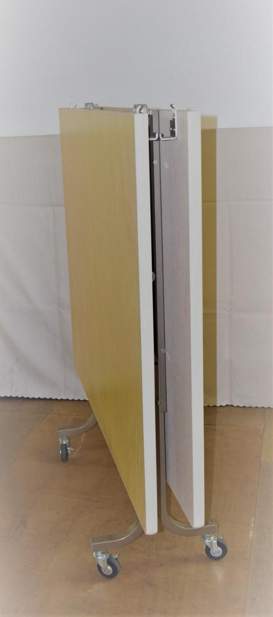 角フライトテーブル2000×1200高さ720mm 天板:シナベニヤソフト巻 脚部:スチール製焼付塗装 特徴:折りたたみ式・キャスター付 商品コンディションランキング:S