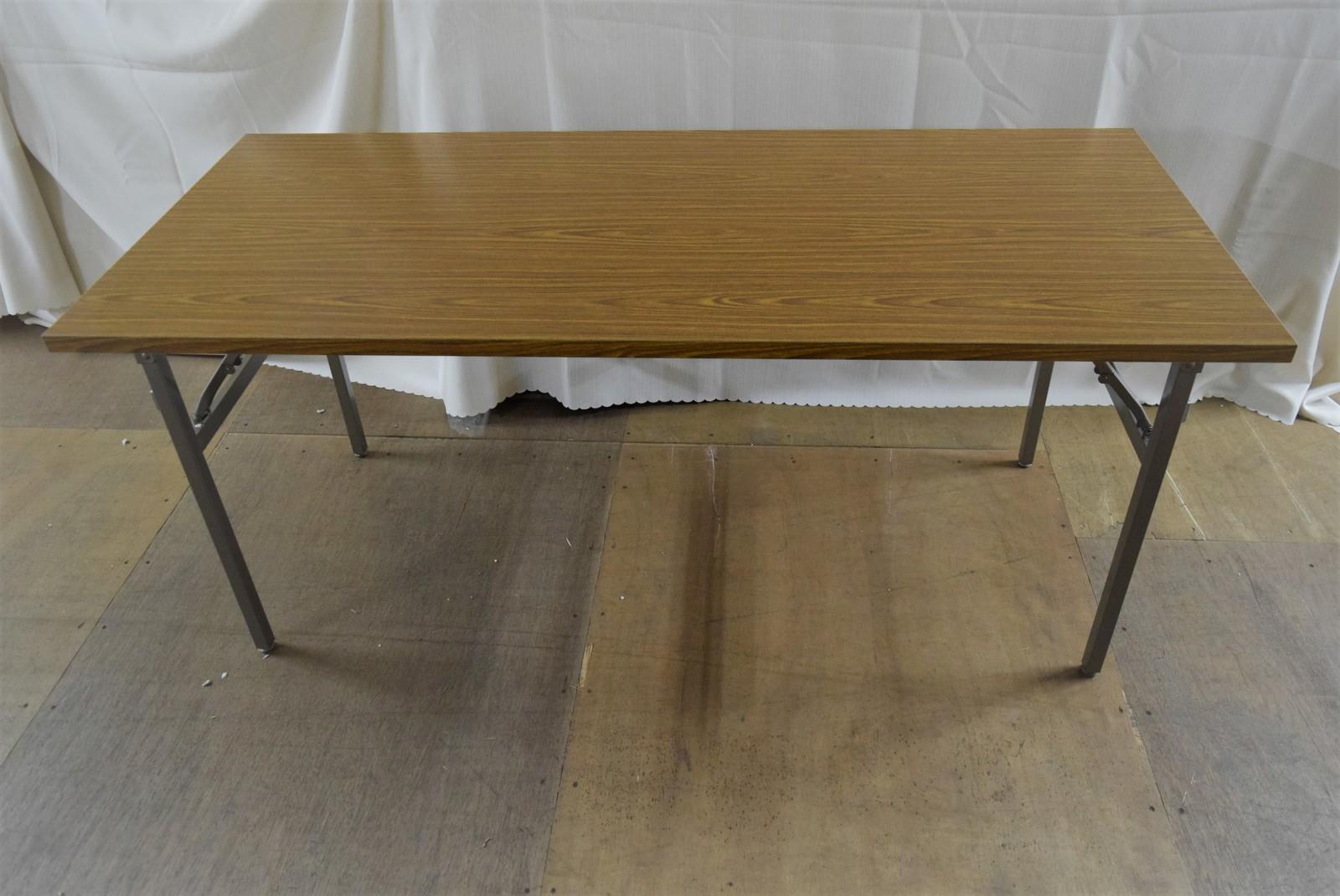 角テーブル1600×700高さ700mm 天板:メラミンチーク共巻 脚部:スチール製焼付塗装 特徴:折りたたみバネ脚 商品コンディションランキング:N