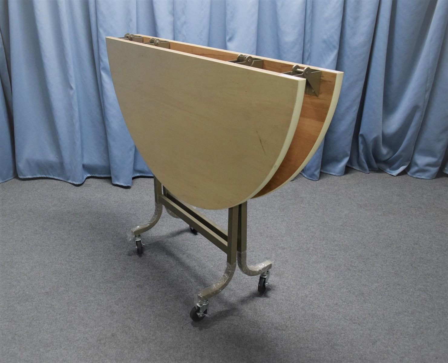 丸フライトテーブル1200φ高さ700mm 天板:シナベニヤソフト巻 脚部:スチール製焼付塗装 特徴:折りたたみ式・キャスター付 商品コンディションランキング:B