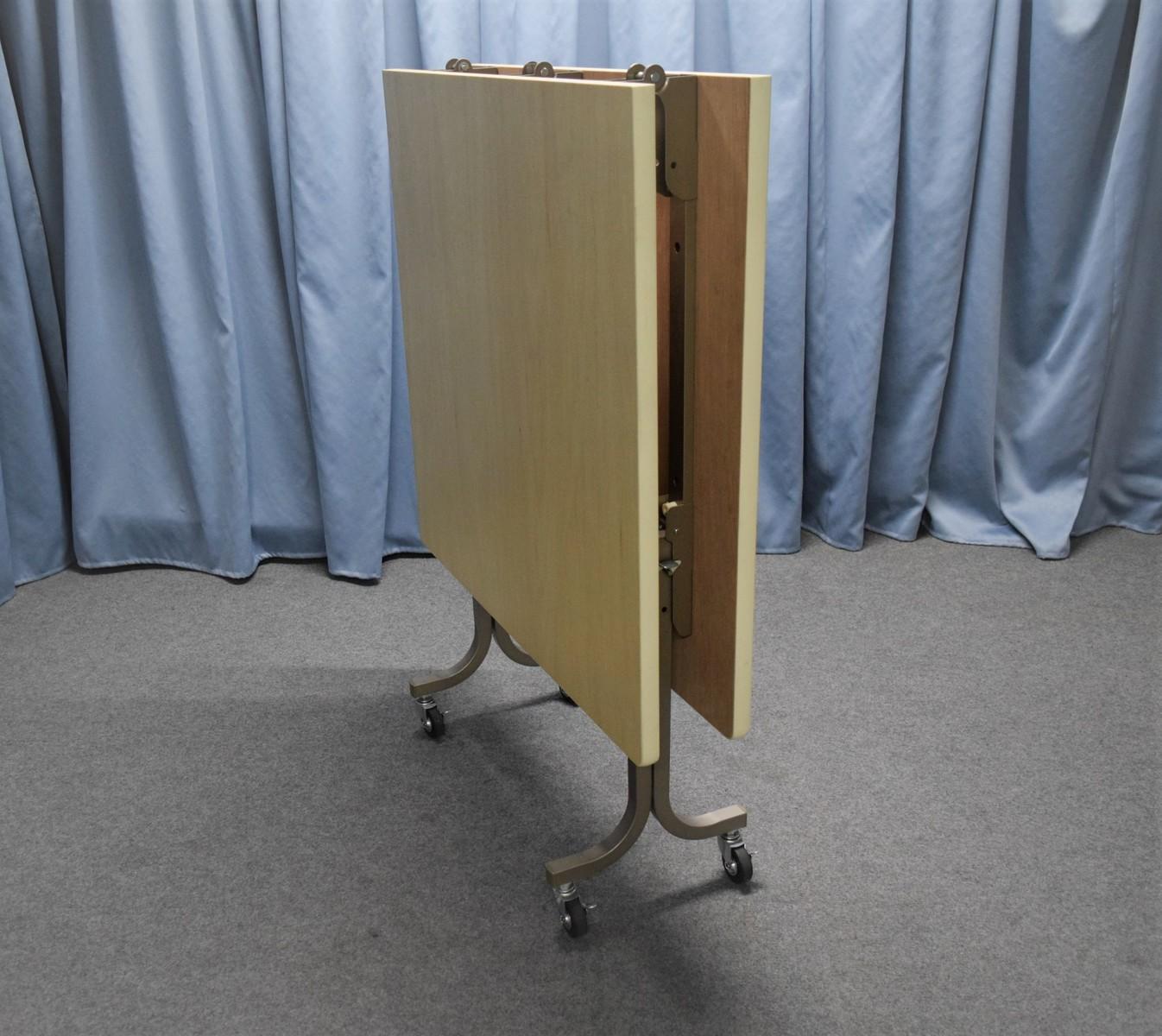 角フライトテーブル1800×900高さ700mm 天板:シナベニヤソフト巻 脚部:スチール製焼付塗装 特徴:折りたたみ式・キャスター付 商品コンディションランキング:A