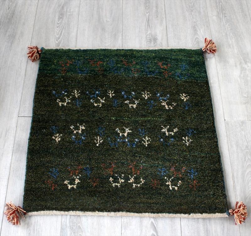 ギャッベ/ギャベ・カシュカイ族の手織りラグ・玄関マットサイズ67x65cm グリーン・動物と植物のモチーフ