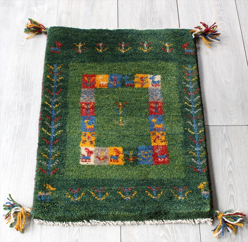 ミニ玄関マット・ギャッベ(ギャベ)カシュカイ族の手織りラグ・ミニサイズ59x43cm グリーン/グリーン・カラフルタイルボーダー・生命の樹と動物モチーフ