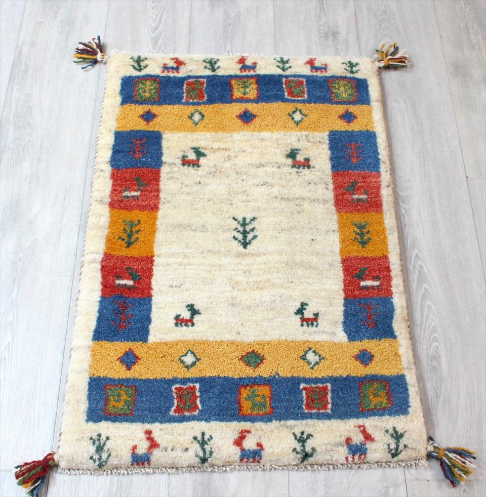 ギャッベ(ギャベ)カシュカイ族の手織りラグ・Gabbeh・玄関サイズ85x57cm ナチュラルアイボリー・カラフルボーダー 動物と植物