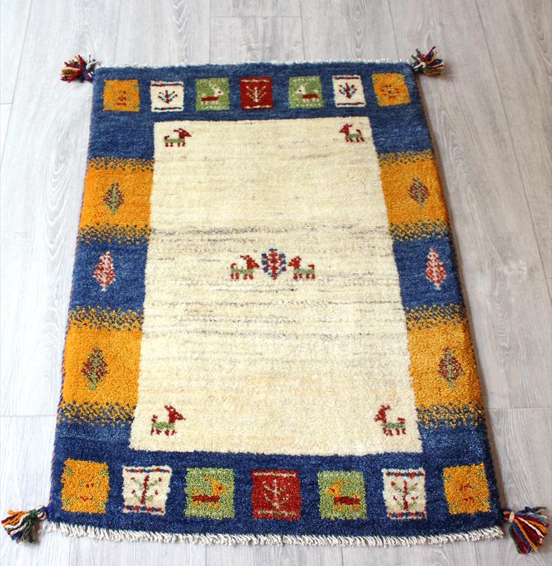 ラグ・ギャッベ(ギャベ)カシュカイ族の手織りラグ・玄関マットサイズ90x63cm ナチュラルアイボリー/ブルー・イエロー・樹と動物モチーフ