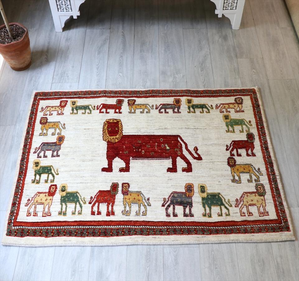 ライオンラグ・ライオンギャッベ・シラーズ・カシュカイ族の手織りラグ・アクセントラグサイズ113x151cm ナチュラルアイボリー・額縁デザイン・ライオン