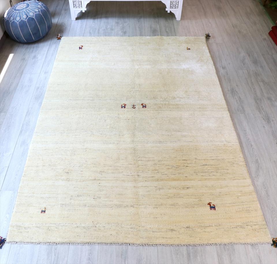 ギャッベ ギャベ・カシュカイ族の厚みのある手織りラグ・リビングサイズ251x169cm ナチュラルアイボリー・動物と植物モチーフ
