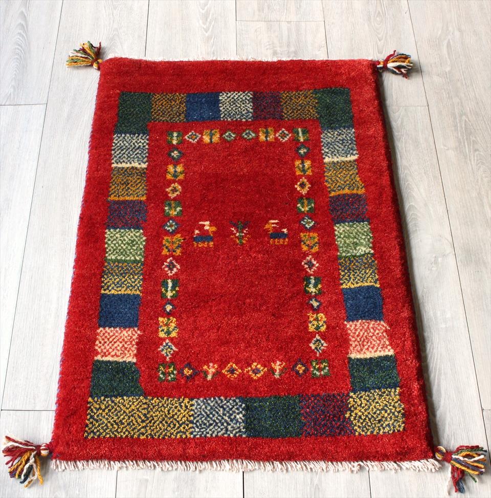 ラグ・ギャッベ(ギャベ)カシュカイ族の手織りラグ・玄関マットサイズ85x58cm レッド・カラフルモザイクドットタイル・動物と植物モチーフ