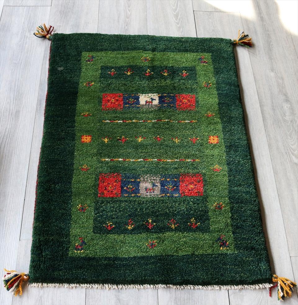 ラグ・ギャッベ(ギャベ)カシュカイ族の手織りラグ・玄関マットサイズ90x65cm グリーン・スクエアデザイン・カラフルタイル 動物と植物モチーフ