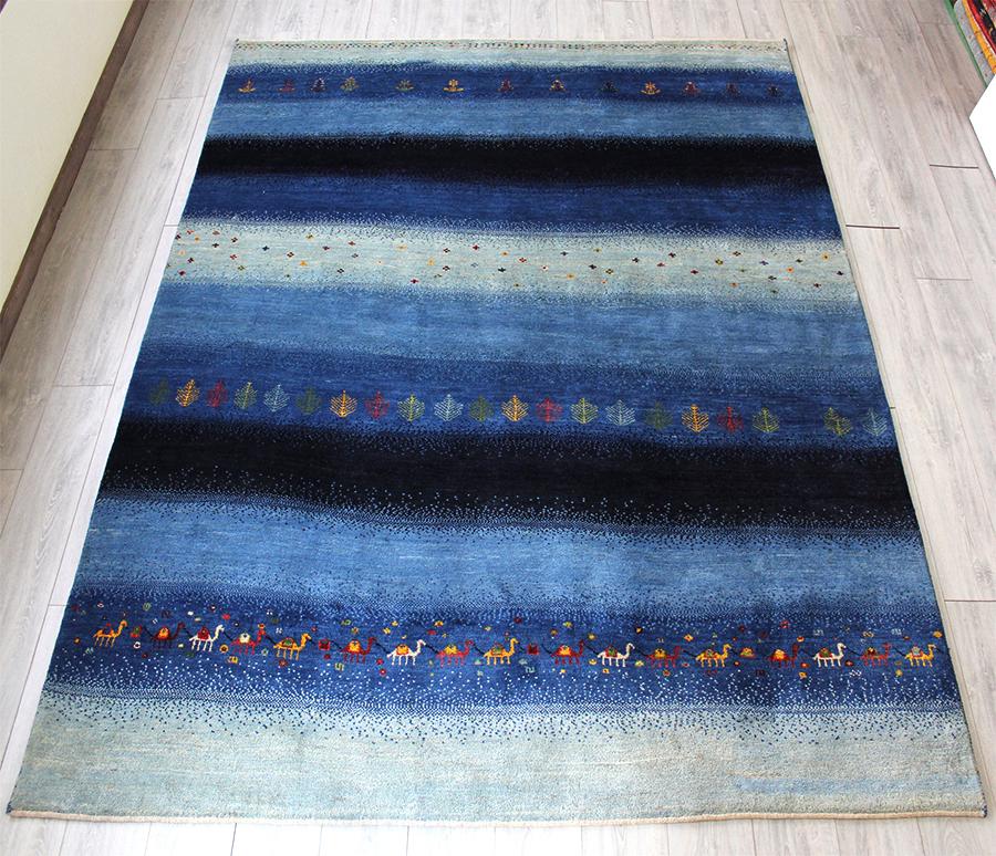 ギャベ ギャッベ カシュカイ族の手織りラグ・アマレバフ・大型ルームサイズ261x214cm ブルー・シマシマ・生命の樹・らくだモチーフ