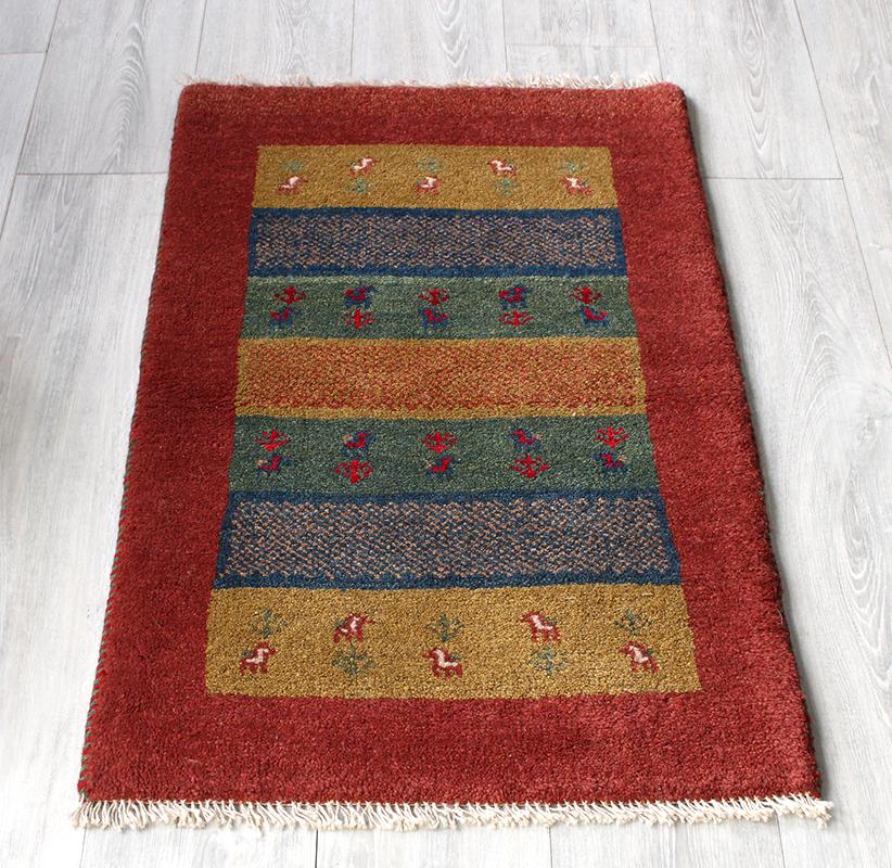 ラグ・ギャッベ(ギャベ)カシュカイ族の手織りラグ・玄関マットサイズ90x59cm カラフルボーダー/レッド・動物と植物のモチーフ