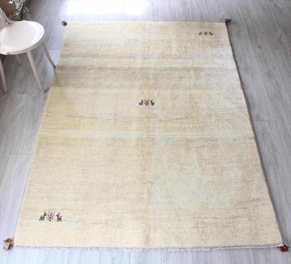 ギャッベ ギャベ(Gabbeh)カシュカイ族の手織りラグ・リビングサイズ234x164cm ナチュラルアイボリーグラデーション・動物と植物モチーフ
