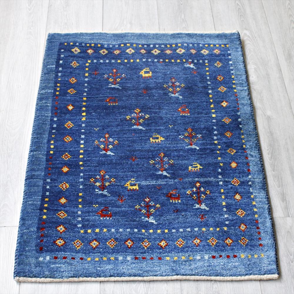 ギャッベ/ギャベ・カシュカイ族の手織りラグ・アマレ・玄関マットサイズ85x61cm ブルー・スクエアデザイン・ひし形と動物と植物のモチーフ