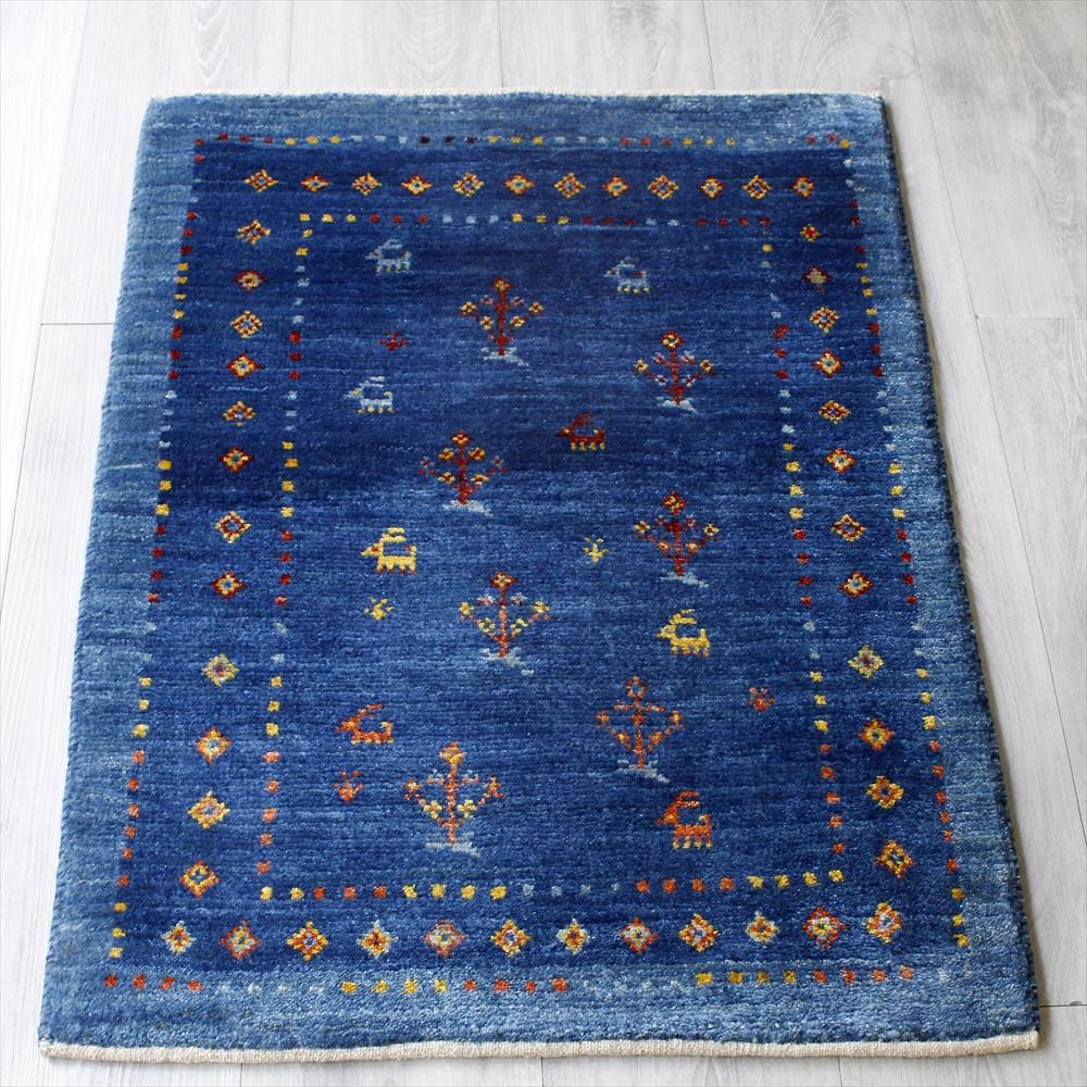 ギャッベ/ギャベ・カシュカイ族の手織りラグ・アマレ・玄関マットサイズ86x62cm ブルー・スクエアデザイン・ひし形と動物と植物のモチーフ