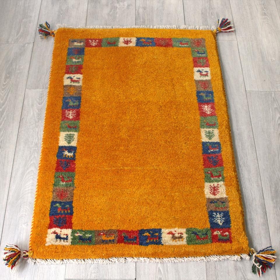 ラグ・ギャッベ(ギャベ)カシュカイ族の手織りラグ・玄関マットサイズ85x60cm イエロー・カラフルタイルフレーム・動物と植物のモチーフ