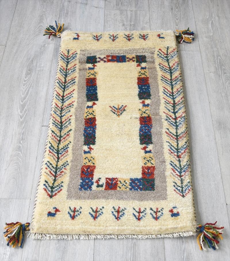 ギャッベ(ギャベ)カシュカイ族の手織りラグ・Gabbeh・玄関サイズ83x45cm アイボリー 幾何学模様 植物と動物モチーフ