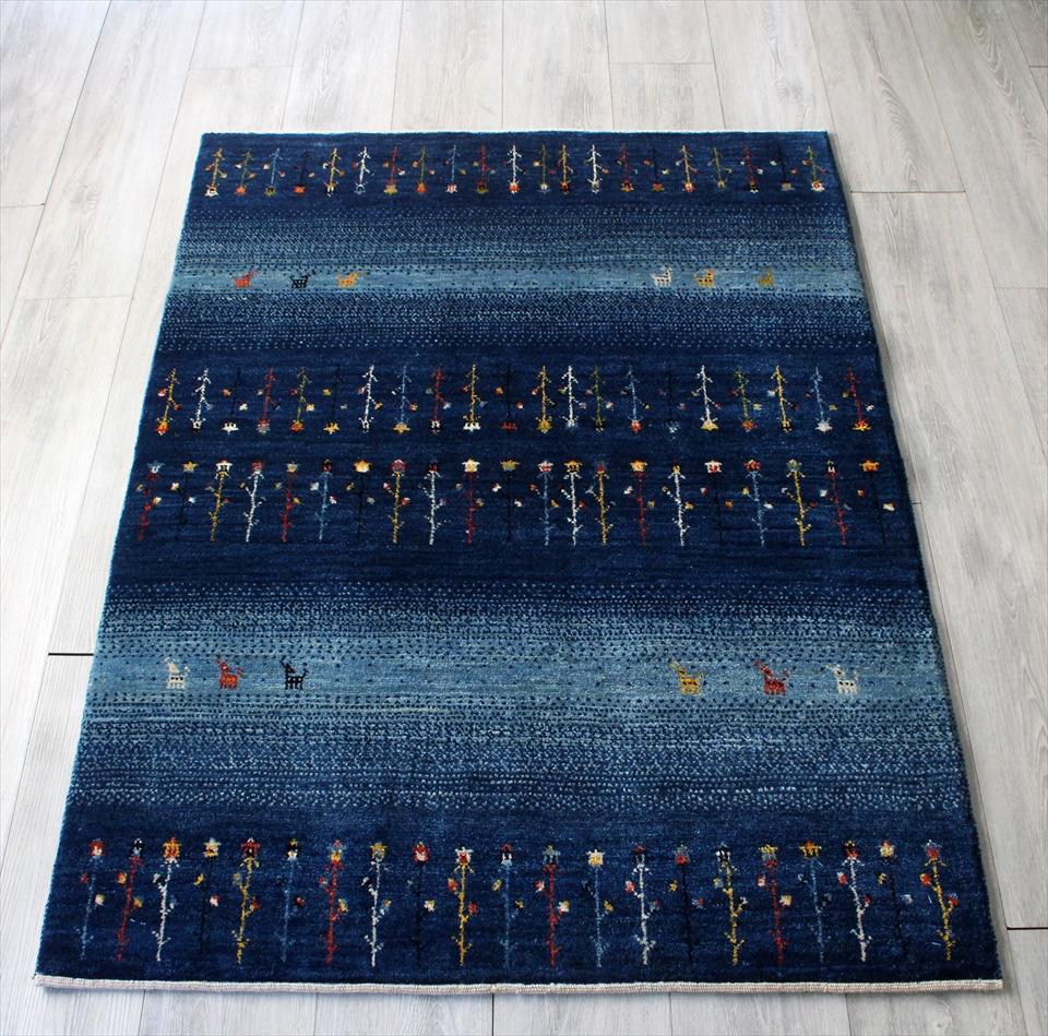 ギャッベ/ギャベ・カシュカイ族の手織りラグ・アマレバフ・アクセントラグサイズ143x103cm インディーブルー&スカイブルーのボーダー 植物のモチーフ