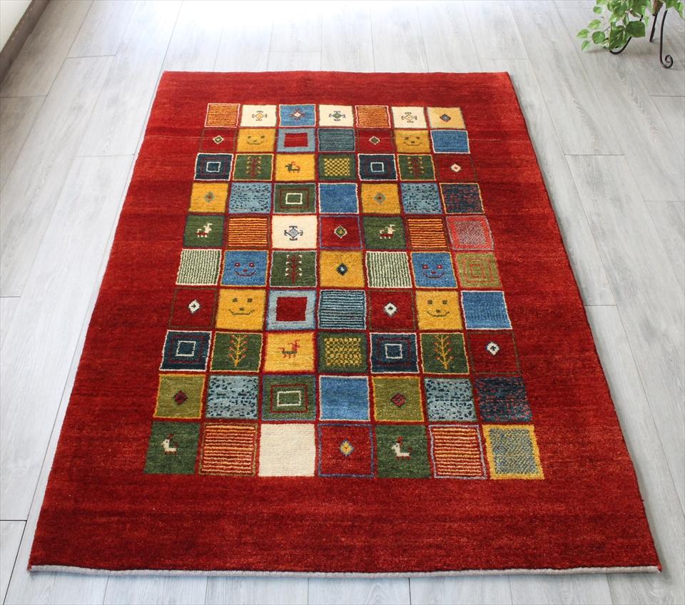ギャッベ/ギャベ・カシュカイ族の手織りラグ・センターラグサイズ177x117cm クリムゾンレッド カラフルタイル 動物・植物のモチーフ