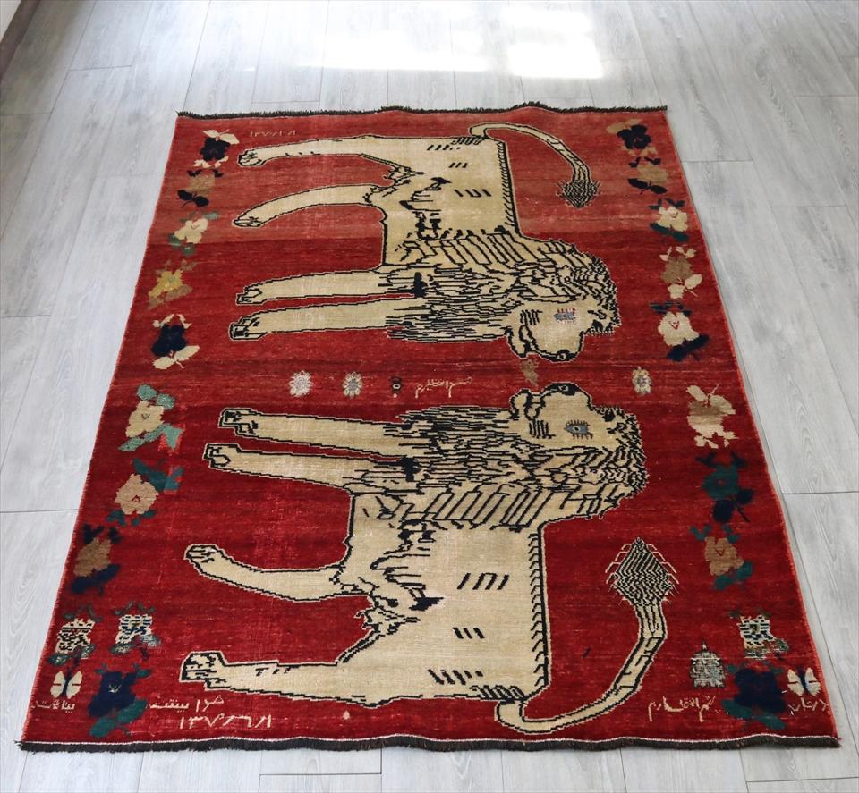 ライオンラグ・オールドギャッベ・遊牧民の伝統柄204x128cm レッド/向かい合う2匹のライオン 年号入り
