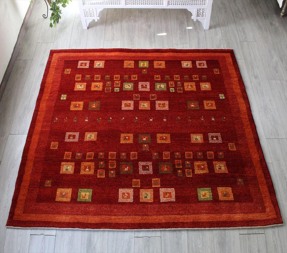 ギャッベ 伝統製法によるハンドメイドラグ ・カシュカイ族の手織りラグ・リビングサイズ190x197cm クリムゾンレッド 小さなタイル
