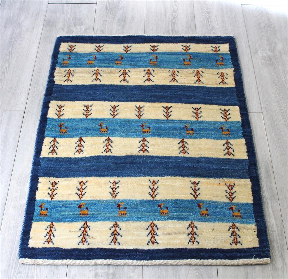 ギャッベ・ワンランク上の織りアマレバフ イラン手織りラグ・玄関マットサイズ90x63cm ブルー&アイボリーのボーダー 植物・動物のモチーフ