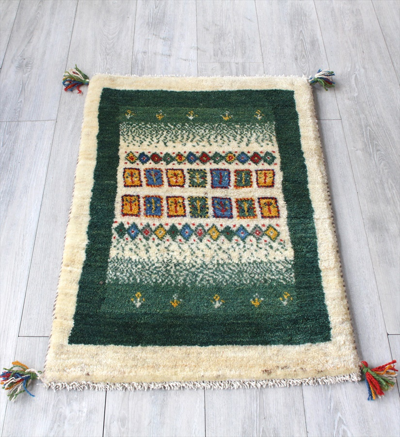 ギャッベ イラン直輸入 手織りラグ・玄関マットサイズ89x60cm アイボリー・グリーン カラフルなタイル
