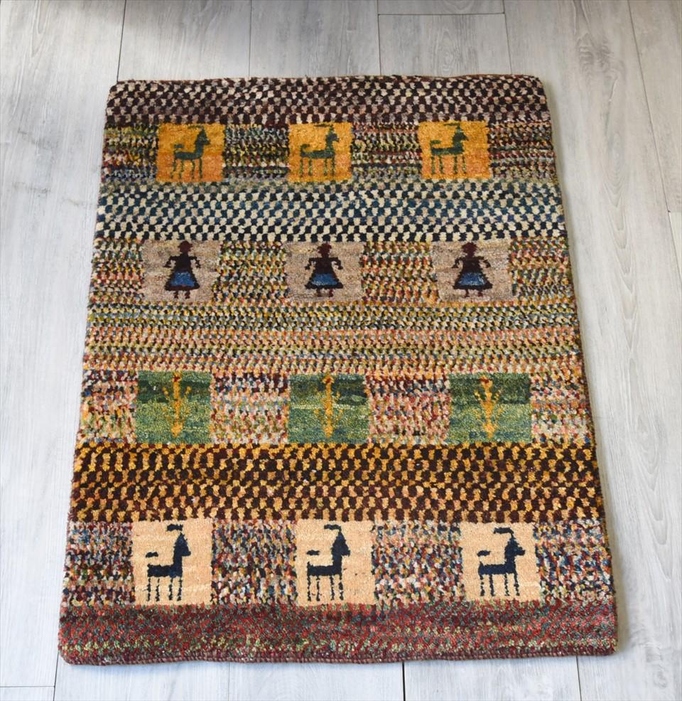 ギャッベ・ノマド Nomad イラン手織り 玄関サイズ81×61cmカラフルなモザイクストライプボーダー タイル 人と動物と植物モチーフ