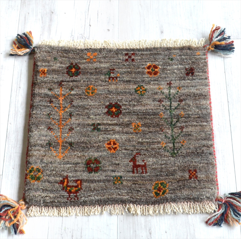 ギャッベ Gabbeh イラン南部の遊牧民・カシュカイ族の手織りラグ38x38cm 座布団サイズ ナチュラルグレー 動物と植物モチーフ