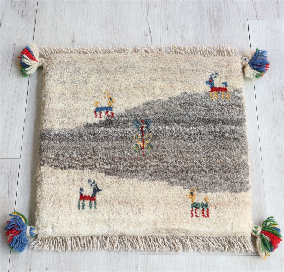 ギャッベ イランの手織りじゅうたん スタンダードな織り38x40cm チェアマット 座布団サイズ ナチュラルアイボリー&グレー 動物と植物