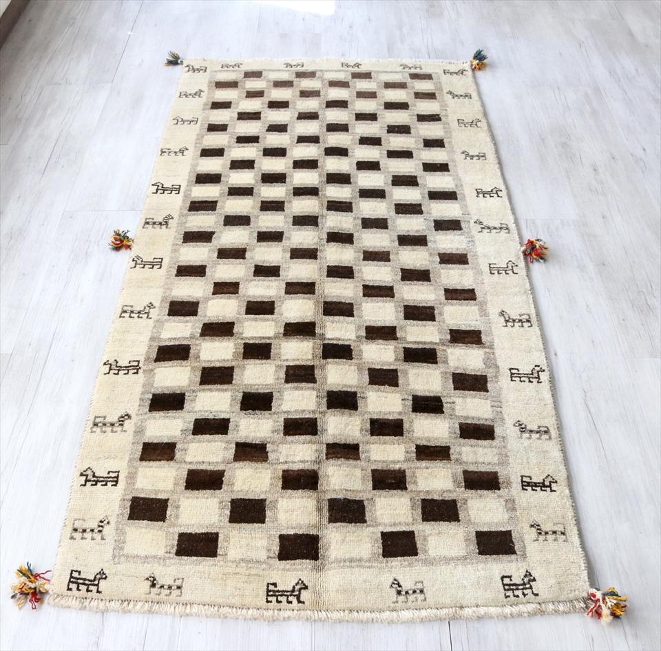 ギャッベ イラン南部カシュカイ族の手織り 毛足の長いふかふかタイプ195x97cm ランナーサイズ ナチュラルアイボリー ダークブラウン チェック柄