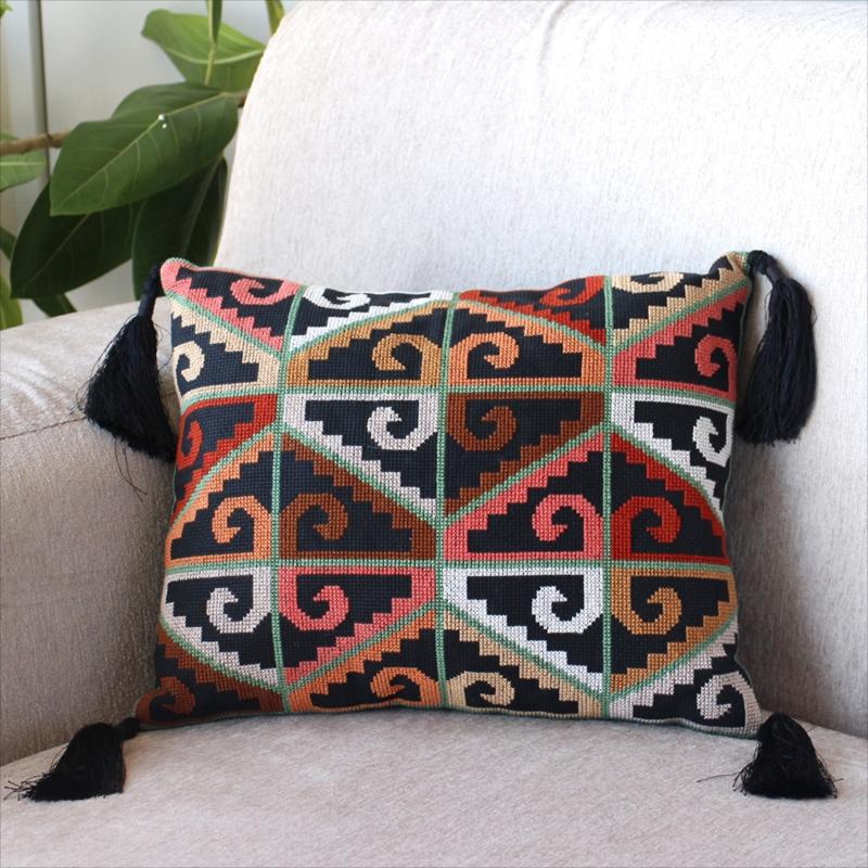 パレスチナ刺繍のクッションカバー33×28cm連なるひし形のモチーフ/ブラック・ブラウン・サーモンピンク/黒いタッセル