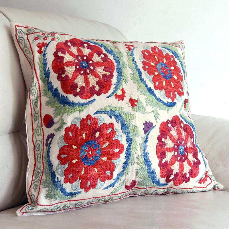 シルク手刺繍のクッションカバー/ウズベキスタンスザンニ/suzani/51×49cm 華やかな大きな花刺繍