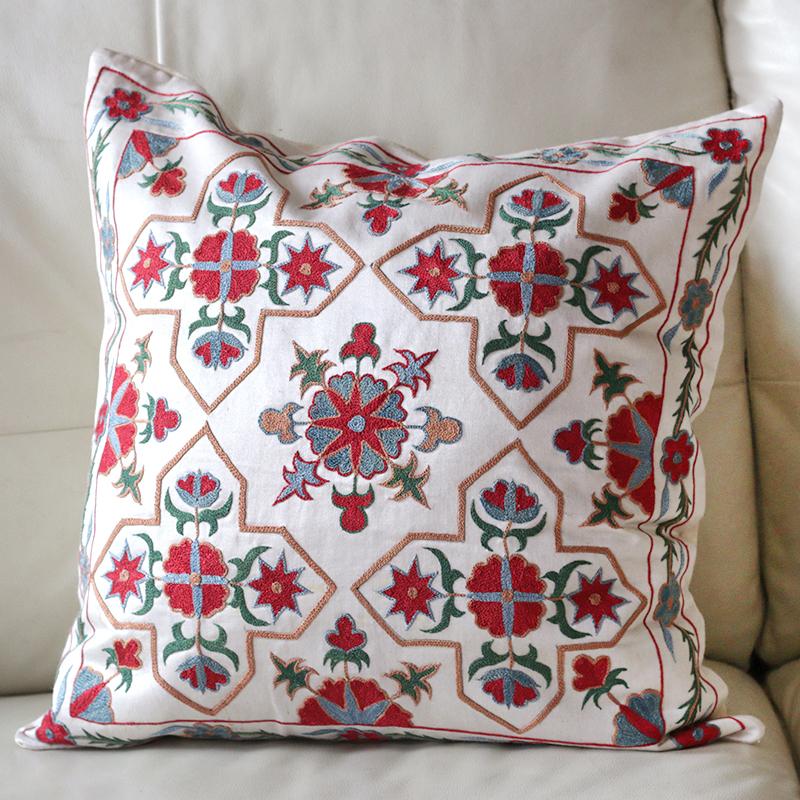 ウズベキスタンスザンニ/suzani/華やかなシルク手刺繍のクッションカバー51×51cmアイボリー・赤いお花の模様