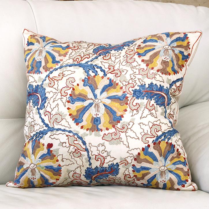 ウズベキスタンスザンニ/suzani/華やかなシルク手刺繍のクッションカバー49×46cmアイボリー・ブルーとイエローの大きな花