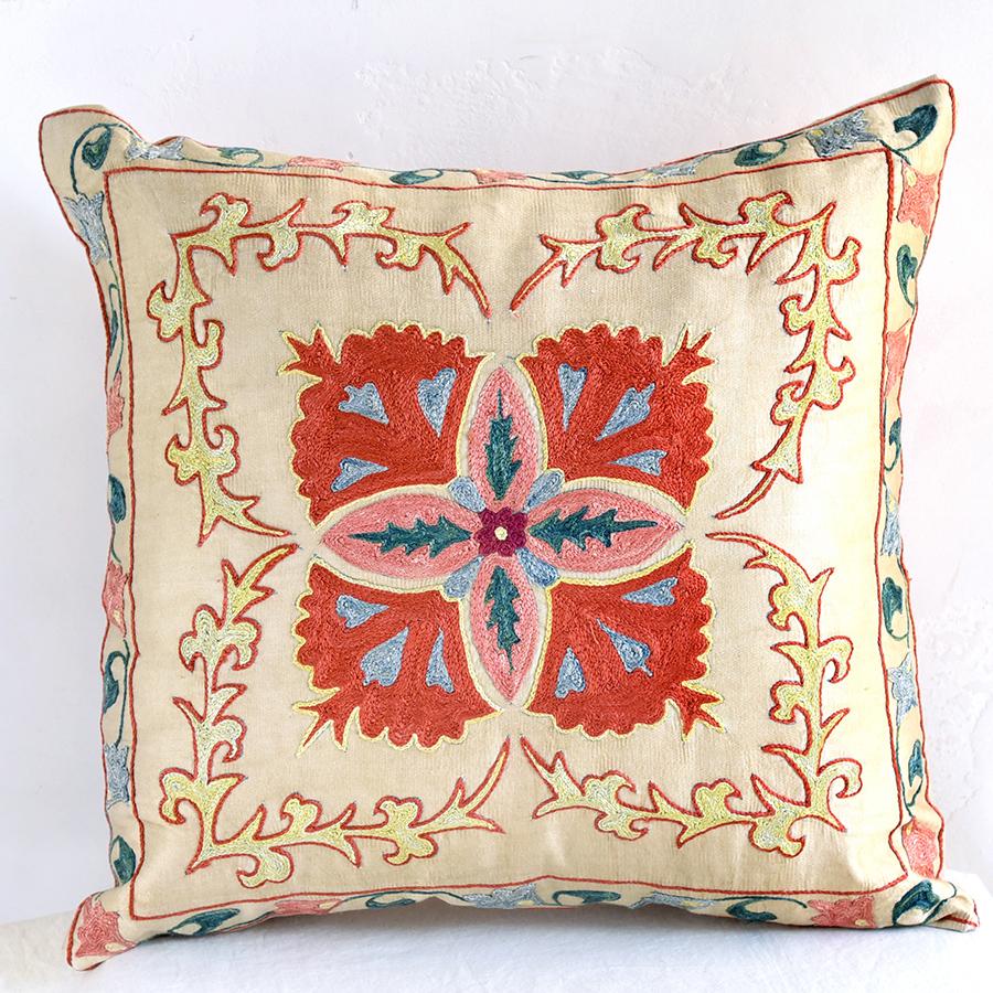 クッションカバー45cm角 ウズベキスタンスザンニ suzani シルクの手刺繍小さな赤い花