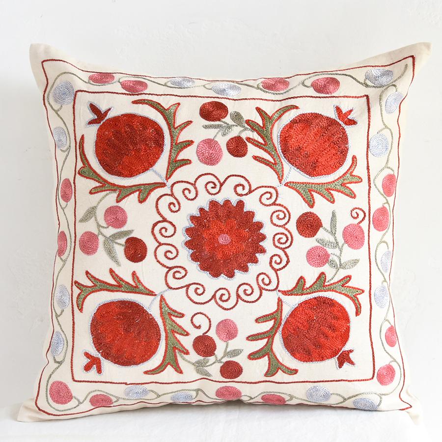 クッションカバー45cm角 ウズベキスタンスザンニ suzani シルクの手刺繍赤い果実と花