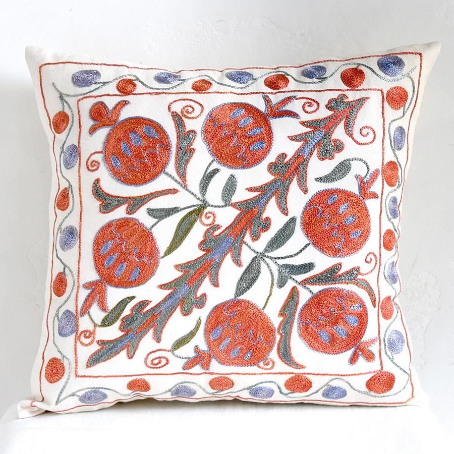 クッションカバー45cm角 ウズベキスタンスザンニ suzani シルクの手刺繍赤い果実と枝葉