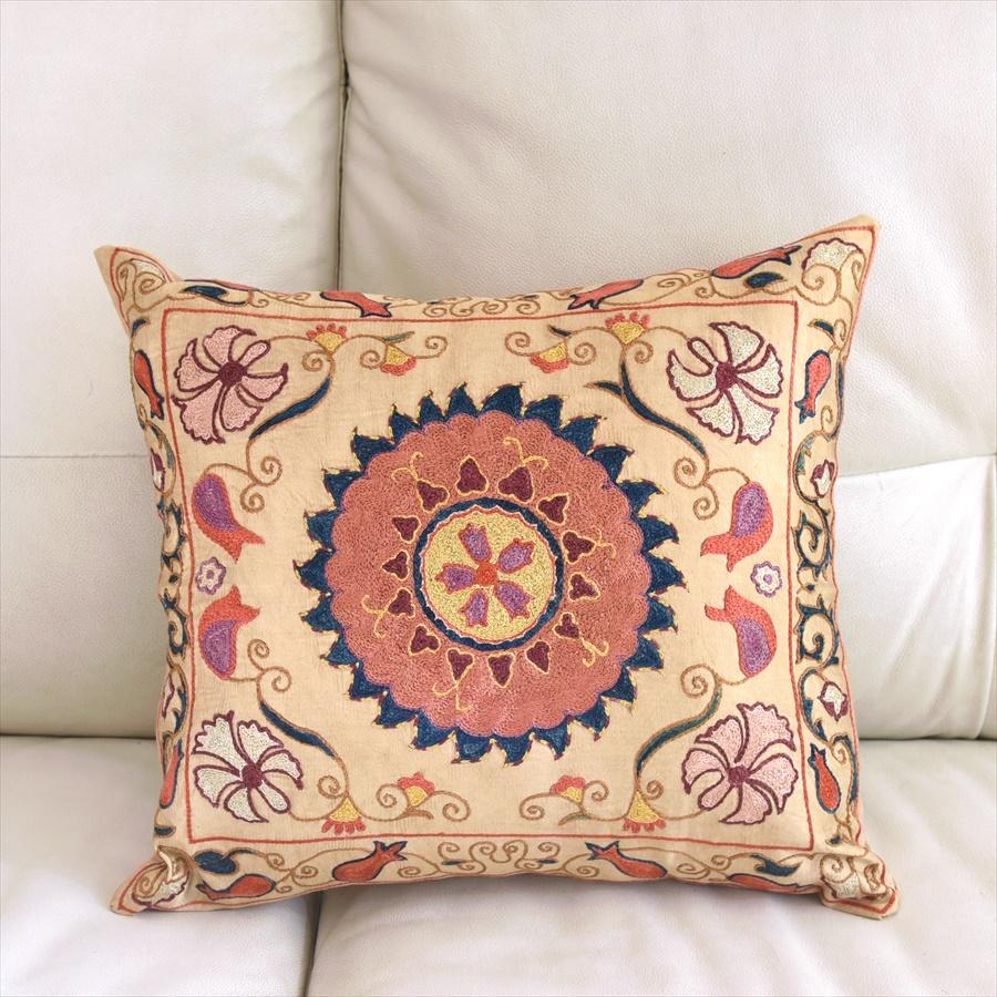 シルク手刺繍のクッションカバー/ウズベキスタンスザンニ/suzani/ 38×43cm華やかな花模様