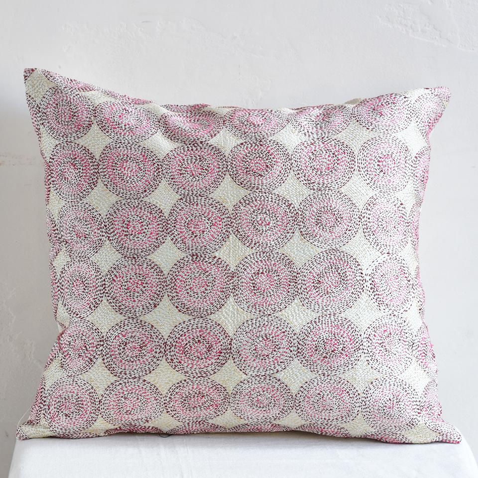 シルク・カンタ刺繍クッションカバー45cmサイズ 刺し子布ホワイト/レッド・ピンク/ドットパターン